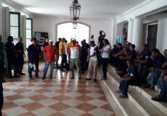 RCS/UFBA: Parados desde dia 11, operários cobram salários atrasados na Reitoria