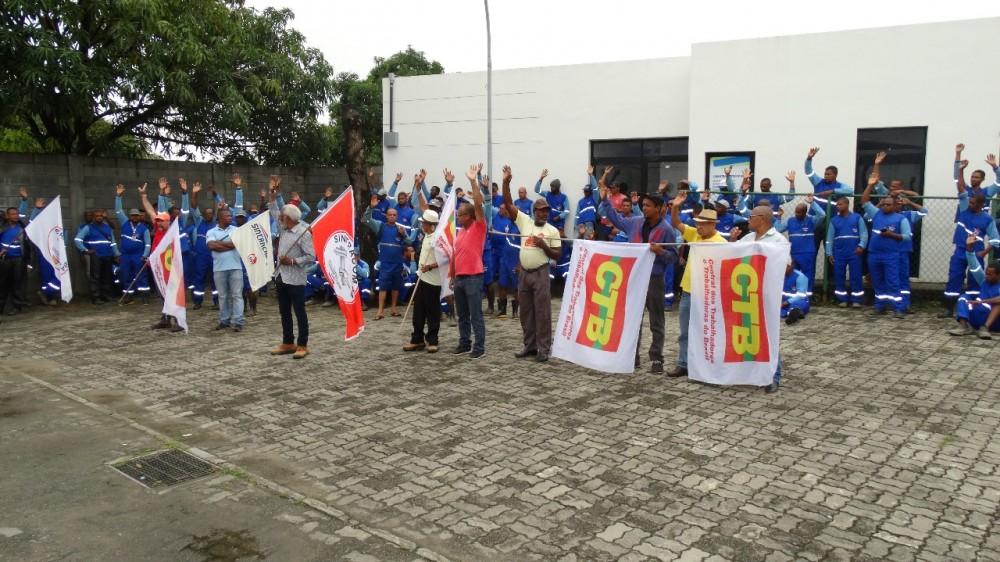 P. Fino / Embasa: Trabalhadores (as) voltam às atividades e aguardam reunião dia 20