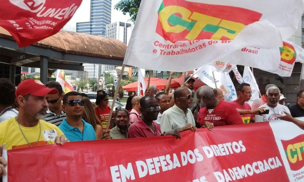 Manifestação com a CTB, em defesa dos direitos dos trabalhadores e da democracia, dia 16/08, em frente à Casa do Comércio, Salvador.
